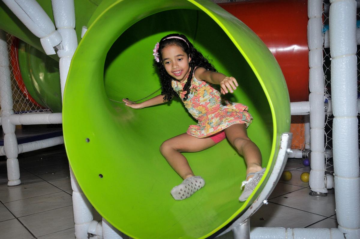 escorregando no escorregador bo brinquedão no Buffet Fábrica da Alegria unidade Osasco