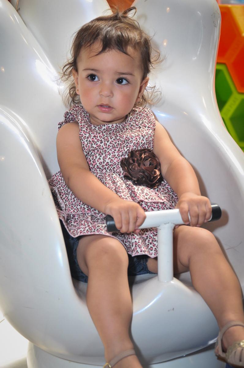 amiguinha brincando no carrossel no Buffet Fábrica da Alegria unidade Osasco