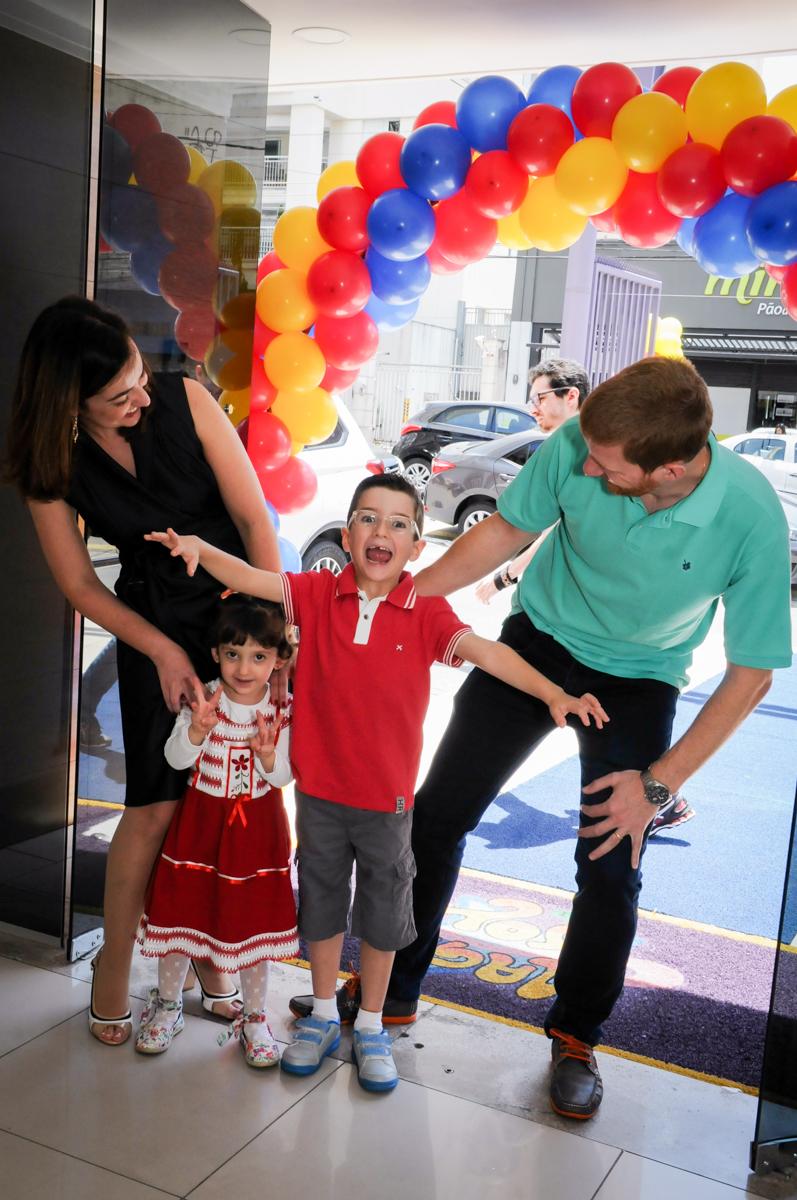 entrada da família para festa de aniversário no Buffet Magic Joy, Saúde
