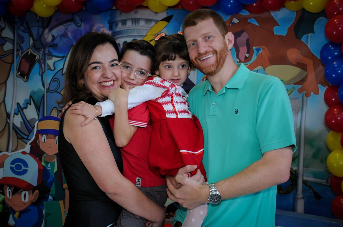 foto da família em frente a mesa decorada Pken Mon no Buffet Magic Joy, Saúde