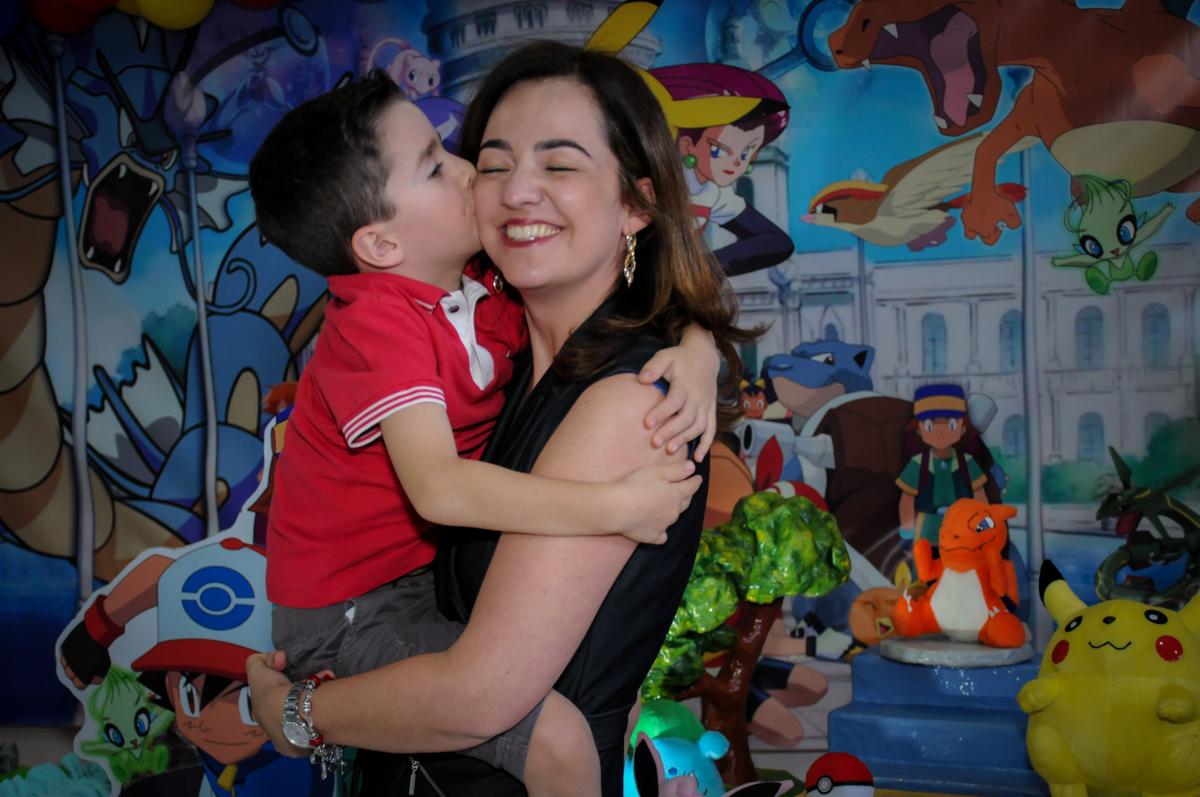 beijo do aniversariante em sua mãe em frente a mesa decorada no Buffet Magic Joy, Saúde