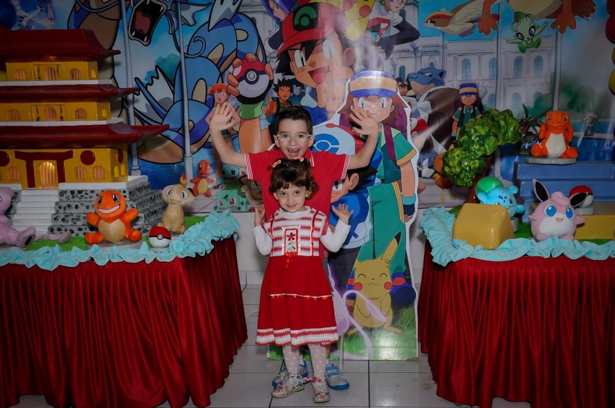 foto dos aniversariantes em frente a mesa decorada poken mon no Buffet Magic Joy, Saúde