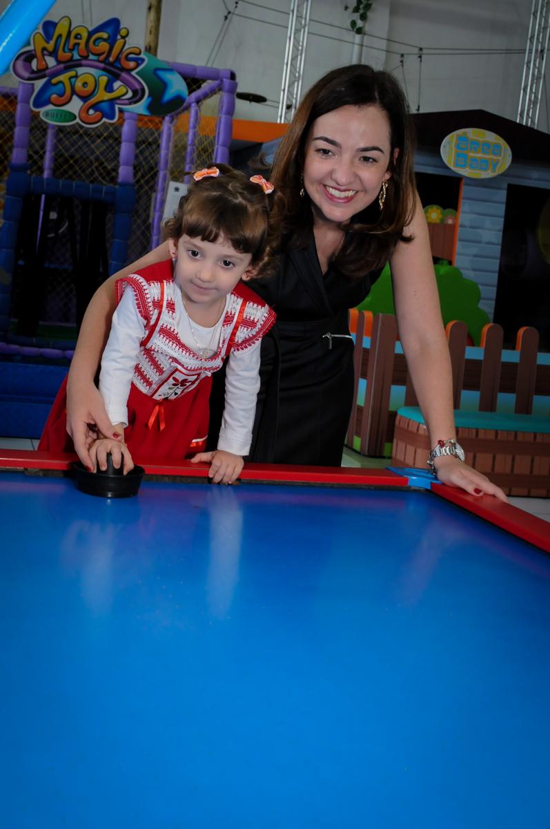 aniversariante joga com sua mãe futebol de mesa no Buffet Magic Joy, Saúde