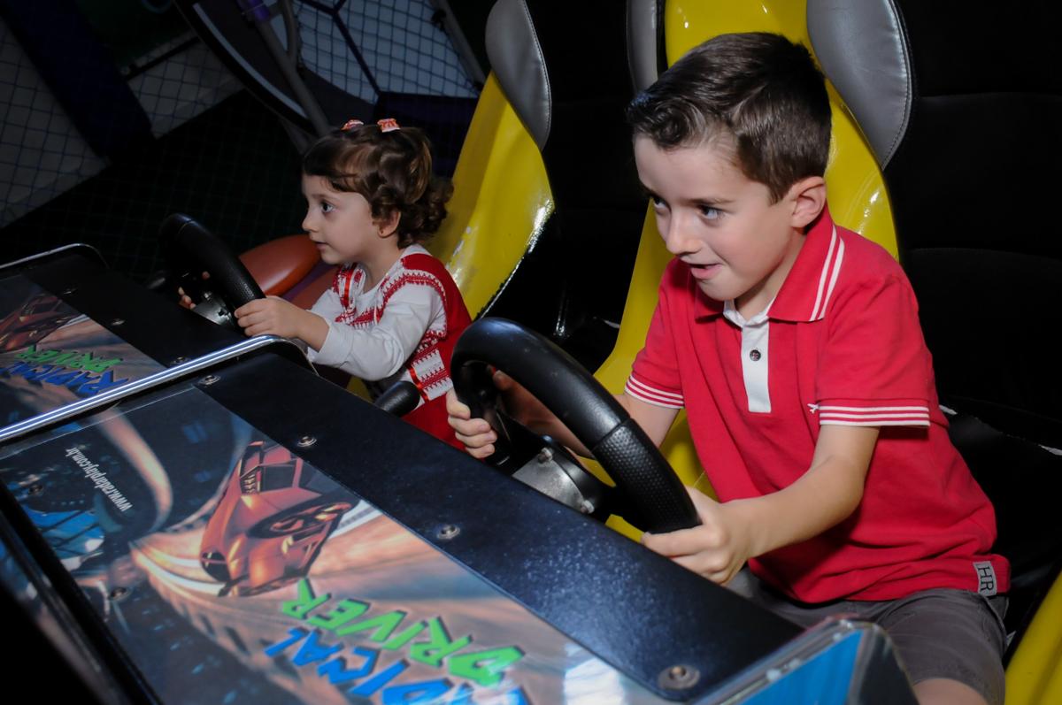 os aniversariantes se divertem no carrinho de corrida no Buffet Magic Joy, Saúde