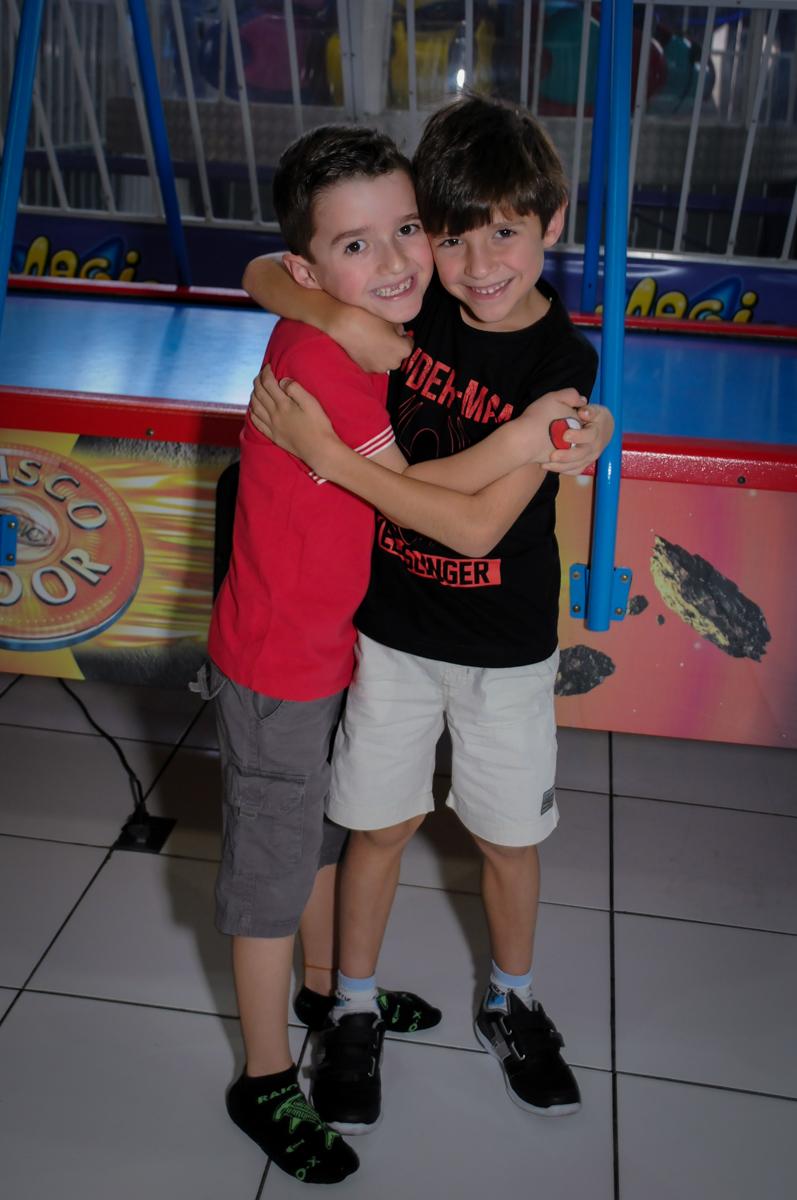 abraço do aniversariante em seu amigo no Buffet Magic Joy, Saúde