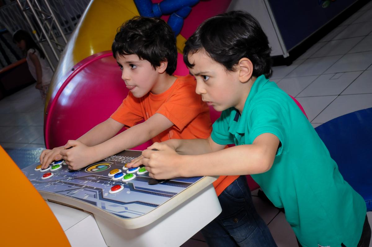 amigos jogam game no Buffet Magic Joy, Saúde