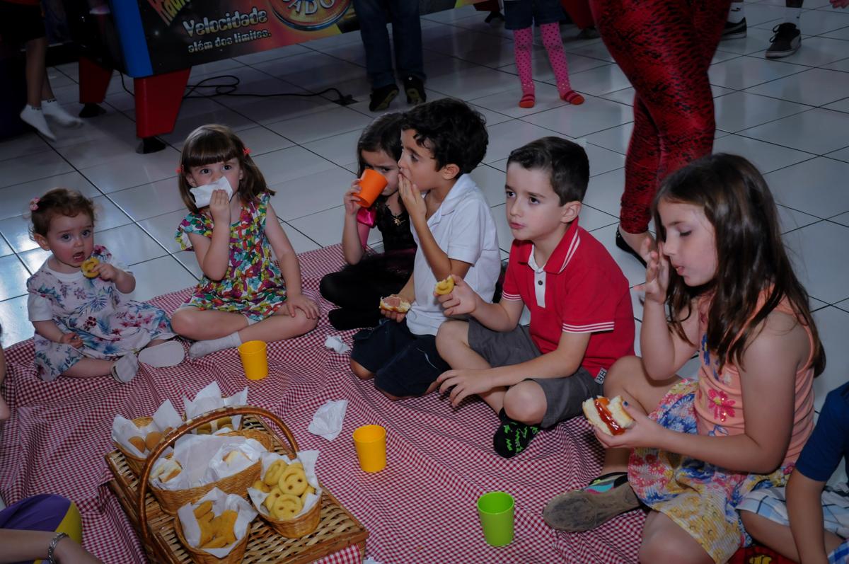 as crianças participam do lanchinho no Buffet Magic Joy, Saúde