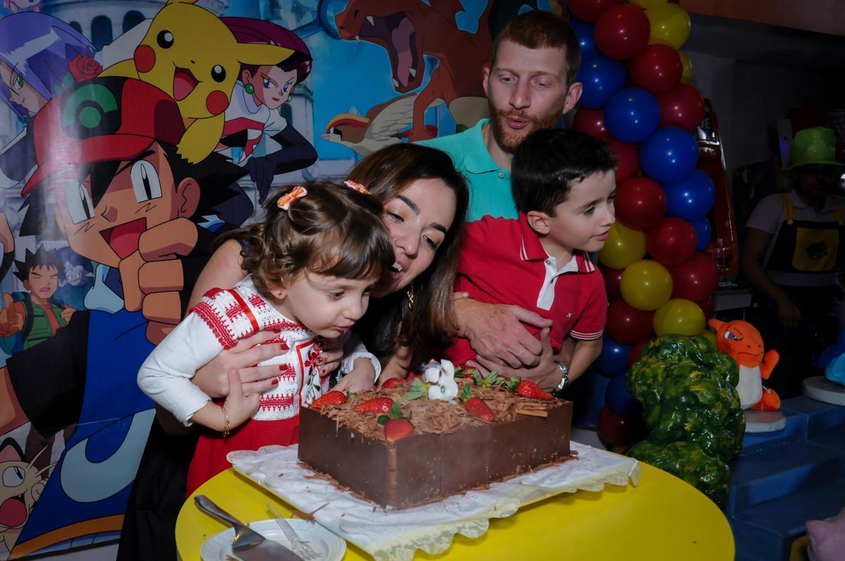 soprando a velinha de aniversário no Buffet Magic Joy, Saúde