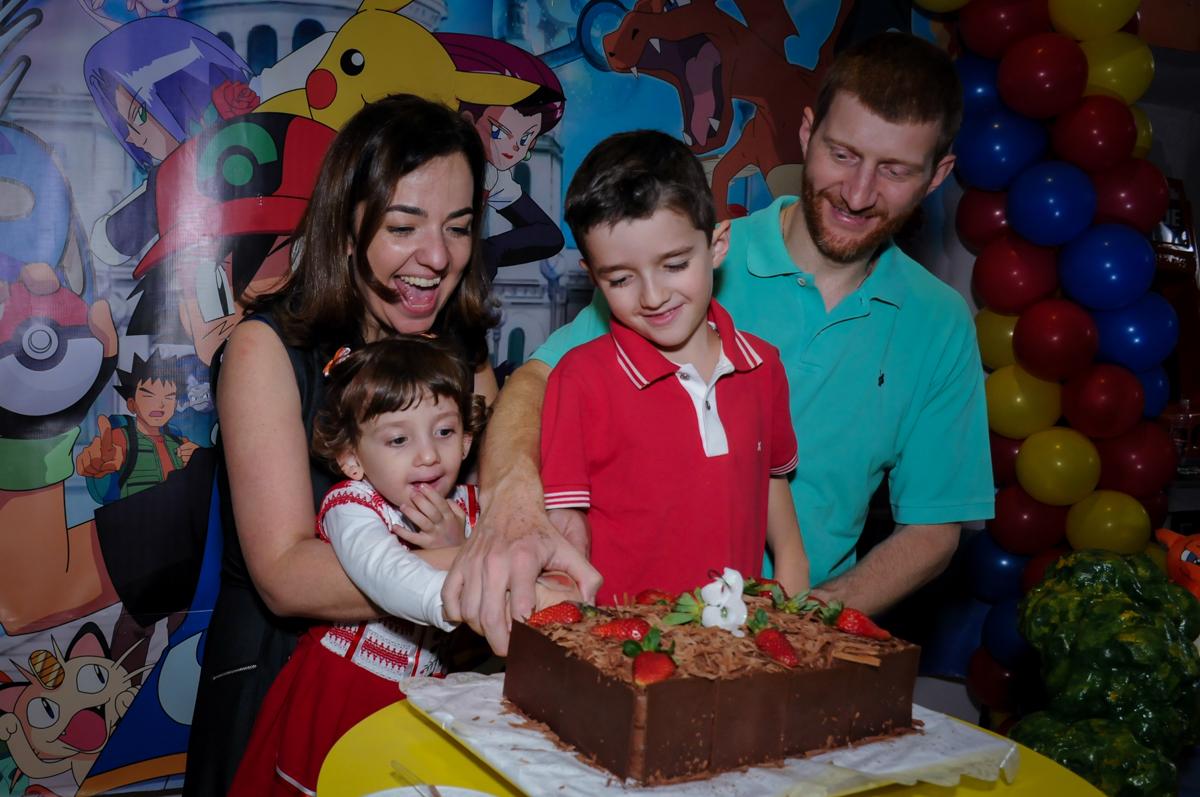 cortando o primeiro pedaço de bolo no Buffet Magic Joy, Saúde