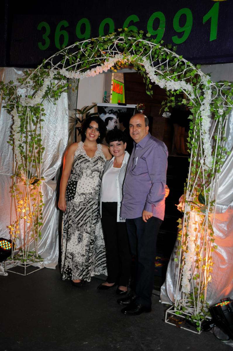 foto da família na entrada do Buffet Fábrica da Alegria, osasco, sp