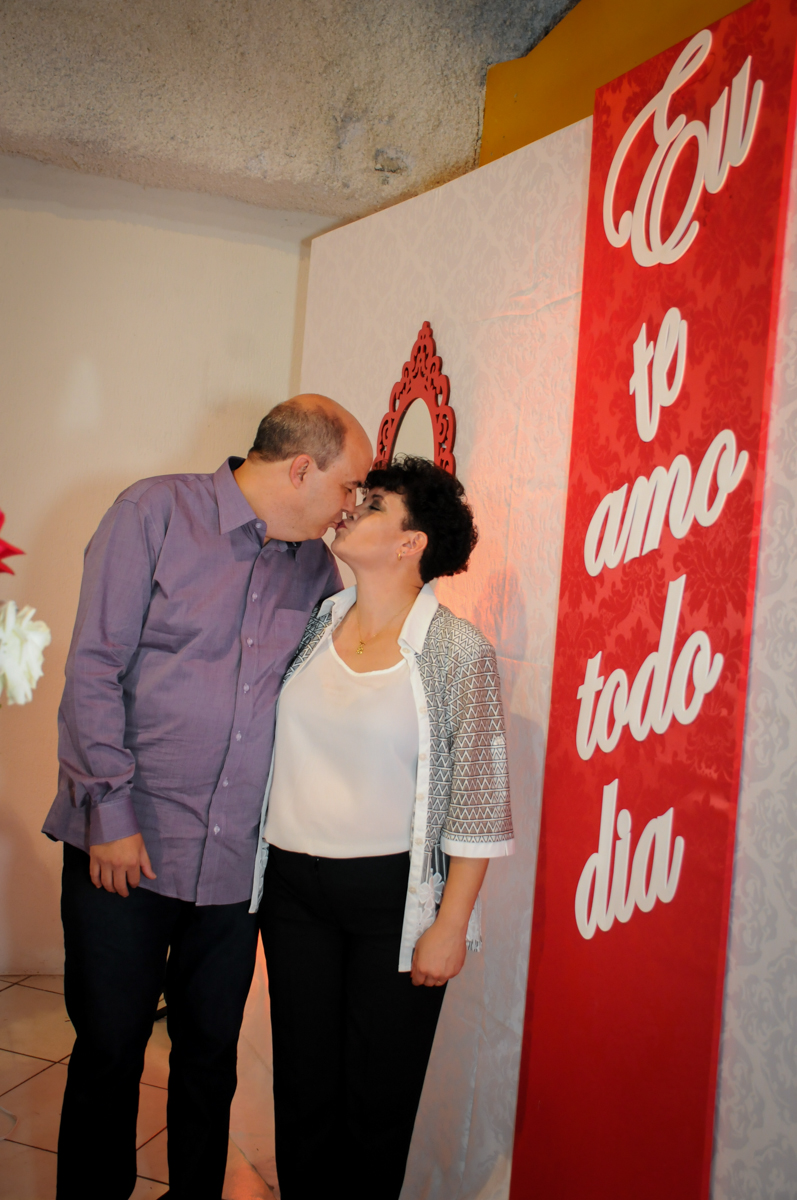 beijo do casal comemorando sua bodas de prata no Buffet Fábrica da Alegria, osasco, sp