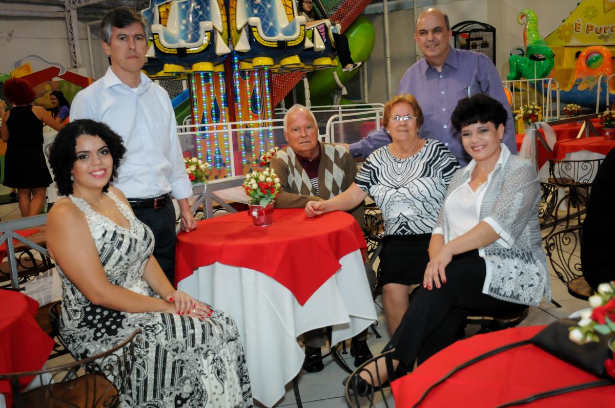 convidados sendo fotografado na festa de comemoração de bodas de prata no Buffet Fábrica da Alegria, osasco, sp