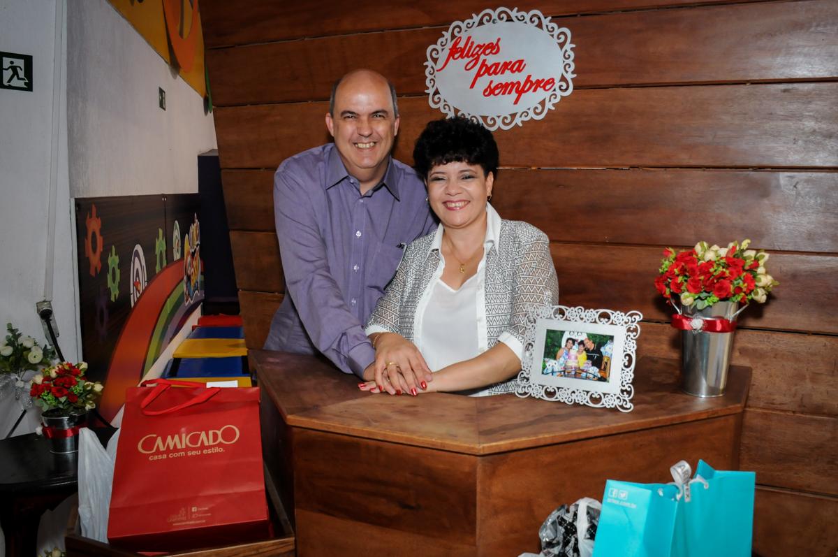 casal feliz em sua festa de bodas de prata no Buffet Fábrica da Alegria, osasco, sp