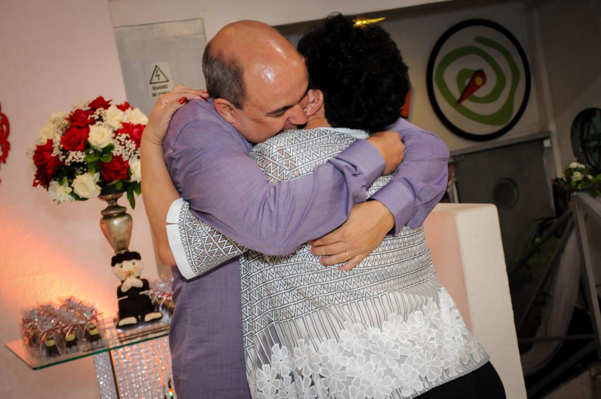 abraço carinhoso do casal comemorando sua bodas de prata no Buffet Fábrica da Alegria, osasco, sp