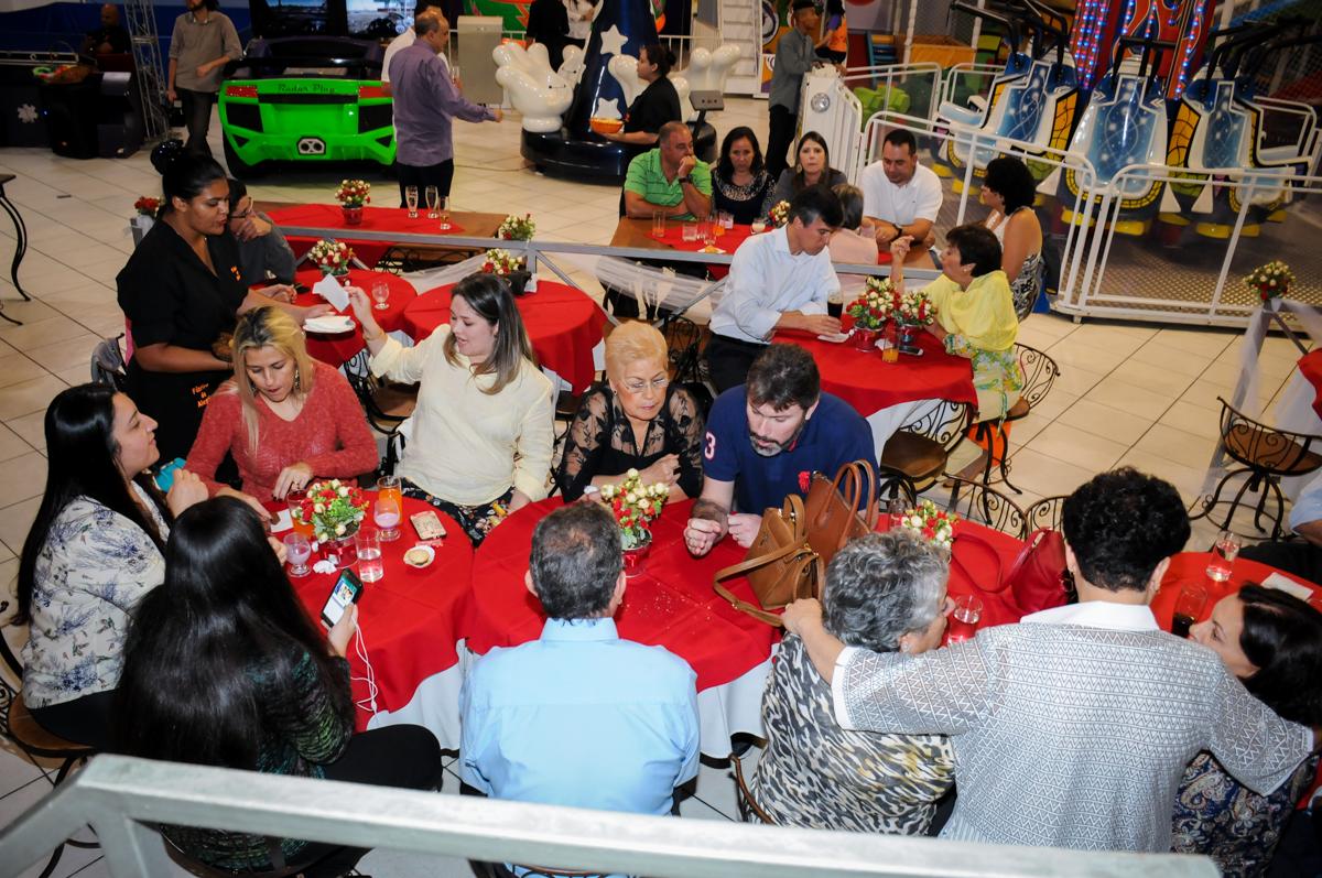 convidados se divertem na festa de bodas de prata no Buffet Fábrica da Alegria, osasco, sp