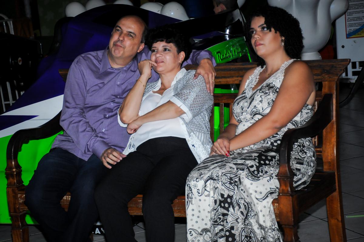 casal assiste a retrospectiva no Buffet Fábrica da Alegria, osasco, sp
