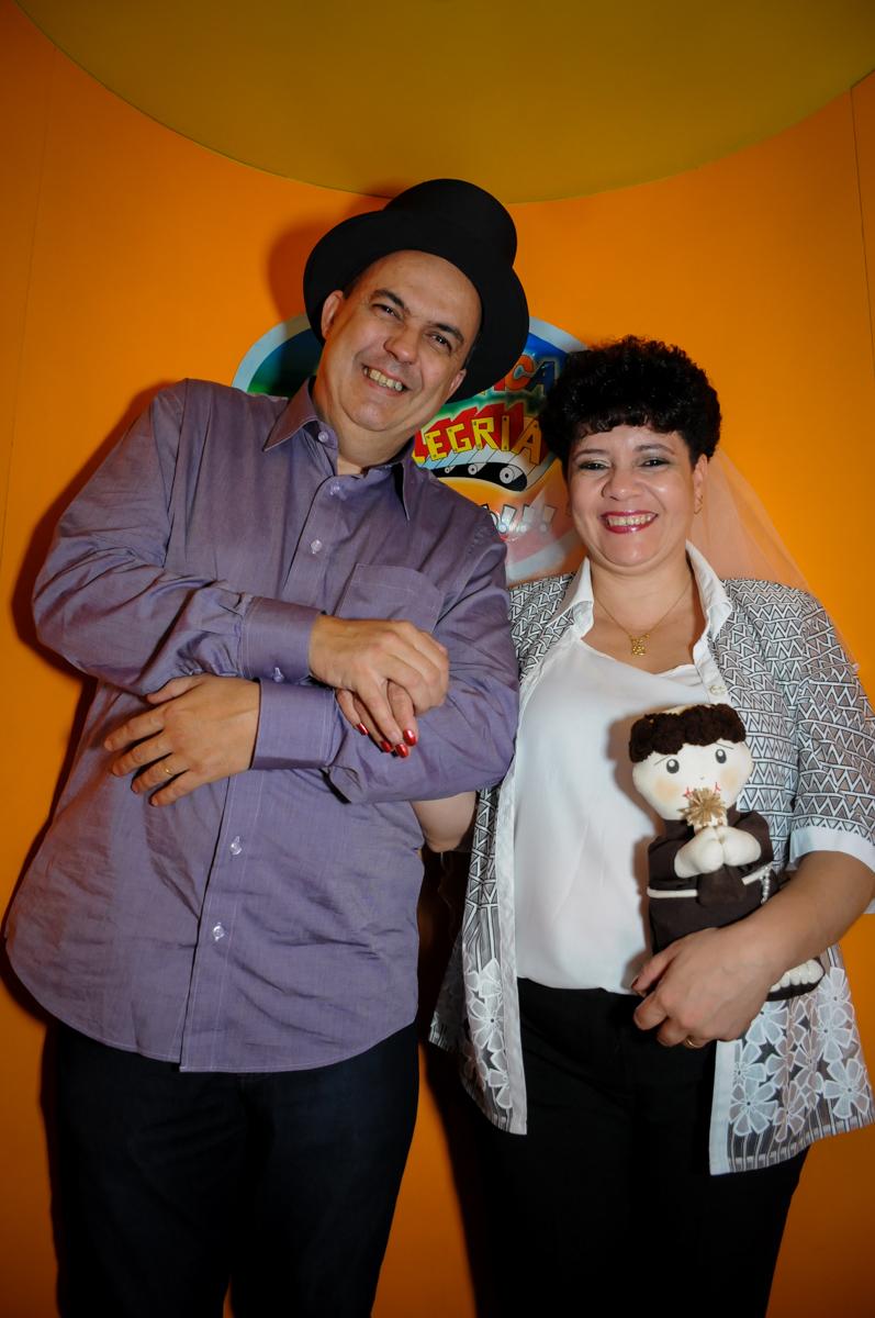 casal na máquina do parabéns no Buffet Fábrica da Alegria, osasco, sp
