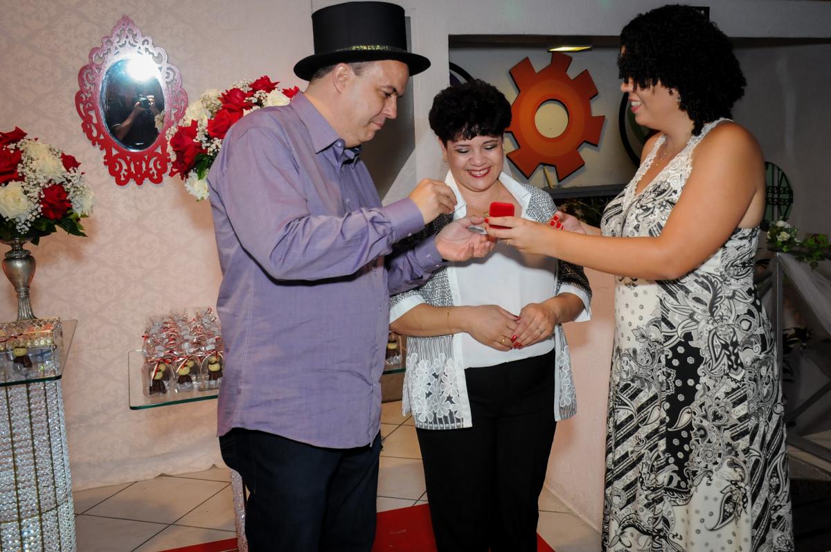 hora de receber a aliança na comemoração de bodas de prata no Buffet Fábrica da Alegria, osasco, sp