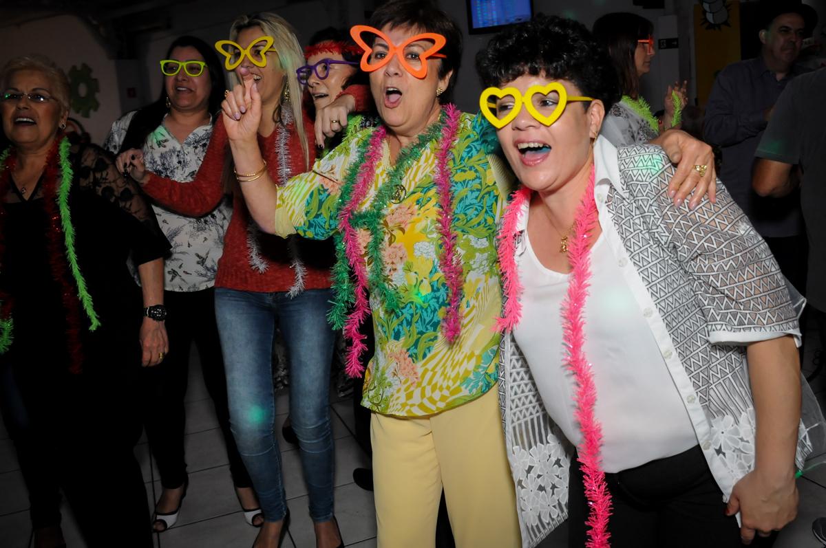 amigas animadas na balada da festa de bodas de prata no Buffet Fábrica da Alegria, osasco, sp