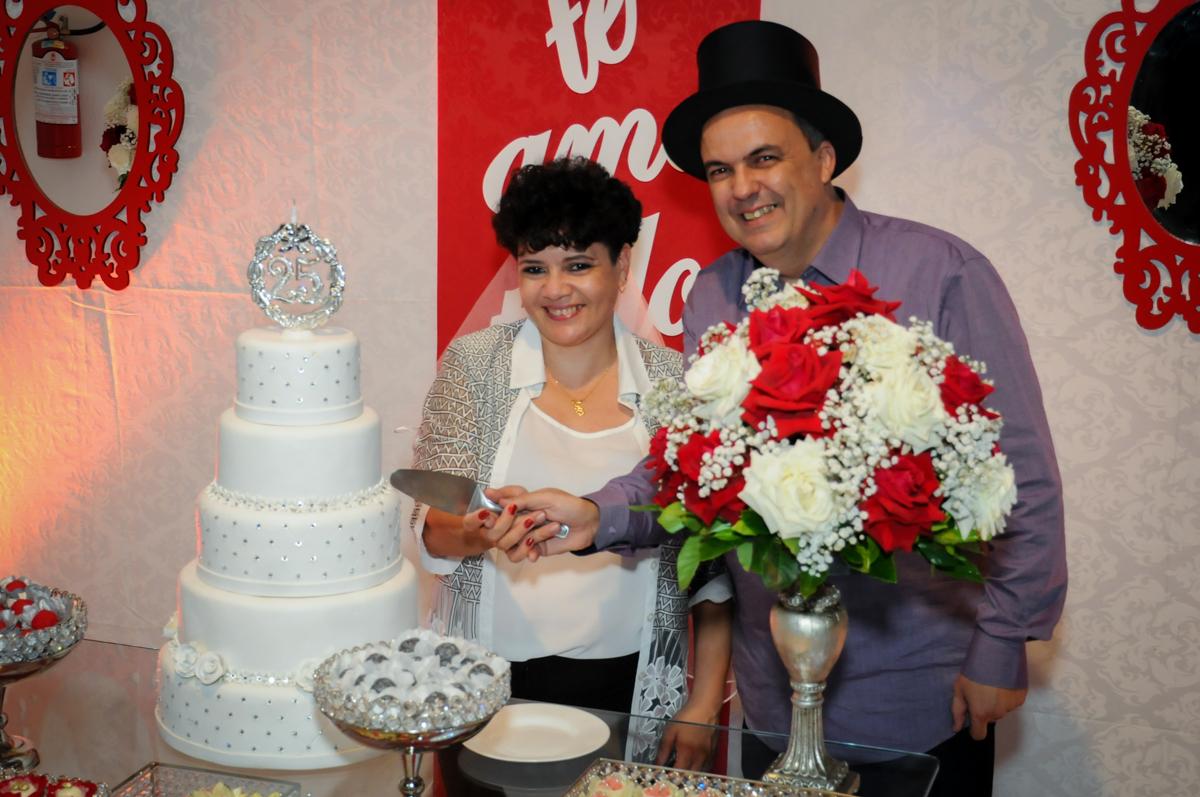 cortando o bolo da festa de bodas de prata no Buffet Fábrica da Alegria, osasco, sp