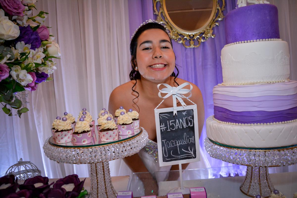 foto da aniversariante de 15 anos na mesa do bolo no Espaço Felicittá, Osasco, São Paulo