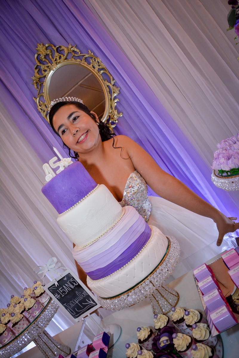foto da aniversariante perto do bolo de 15 anos no Espaço Felicittá, Osasco, São Paulo