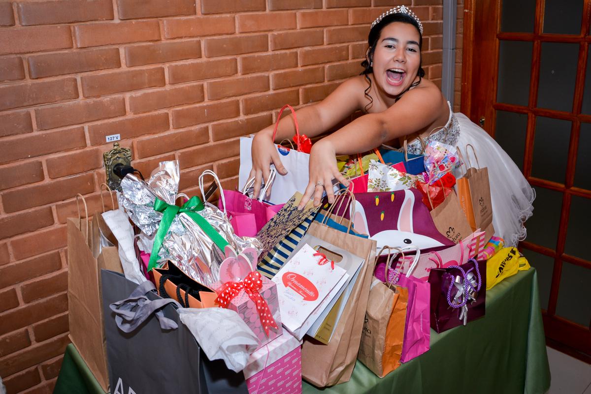 na sua festa de 15 anos Jacqueline ganha muitos presentes no Espaço Felicittá, Osasco, São Paulo