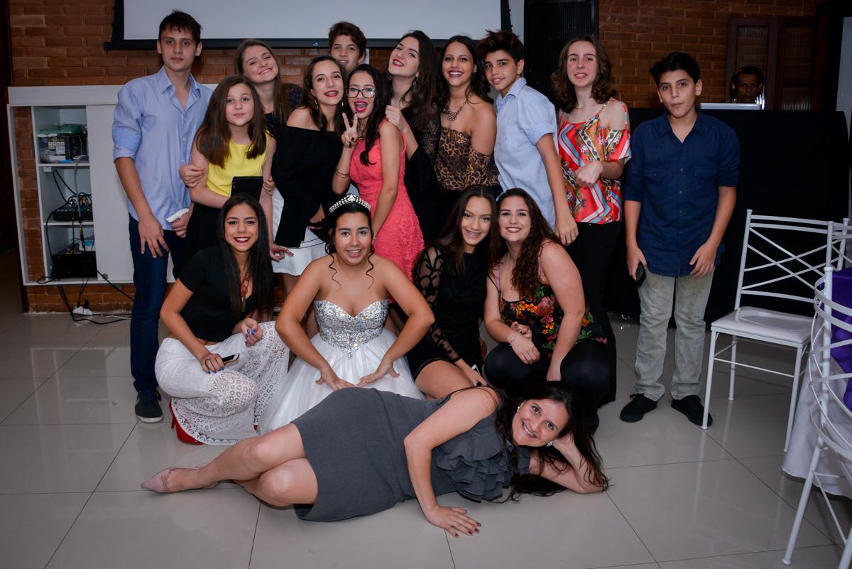 foto tradicional de festa de 15 anos da aniversariante com todos os amigos no Espaço Felicittá, Osasco, São Paulo