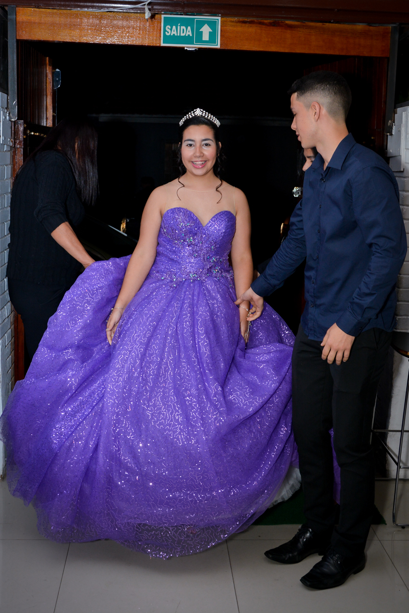 entra no salão a aniversariante de 15 anos vestida de princesa no Espaço Felicittá, Osasco, São Paulo