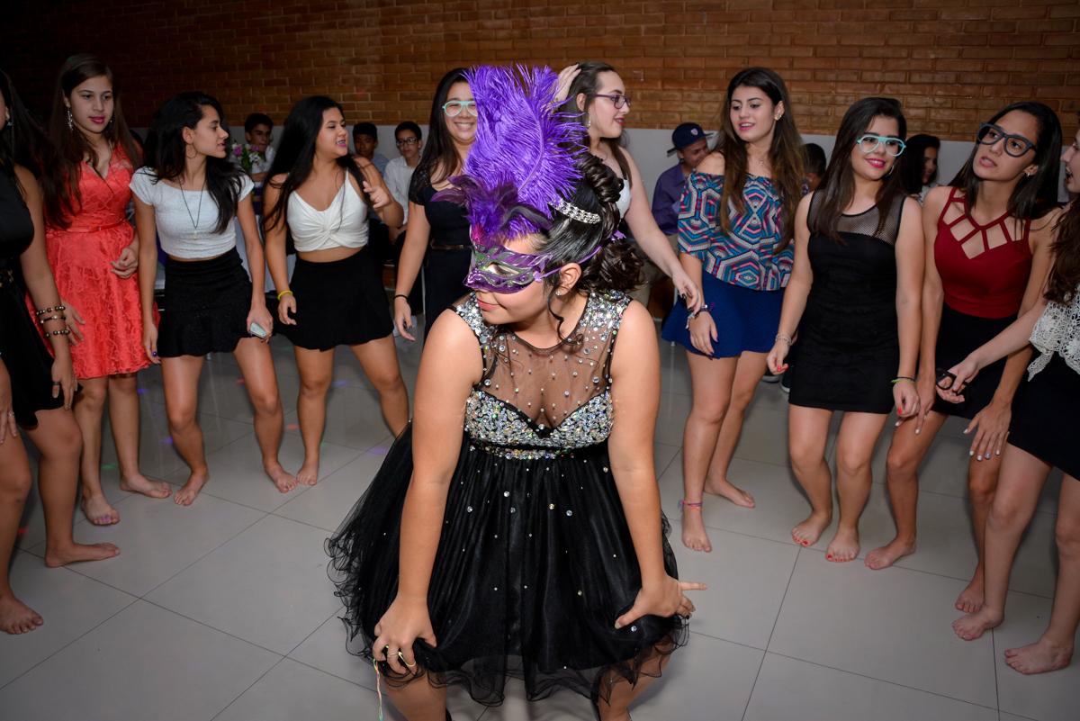 a balada está muito animada na festa de 15 anos no Espaço Felicittá, Osasco, São Paulo