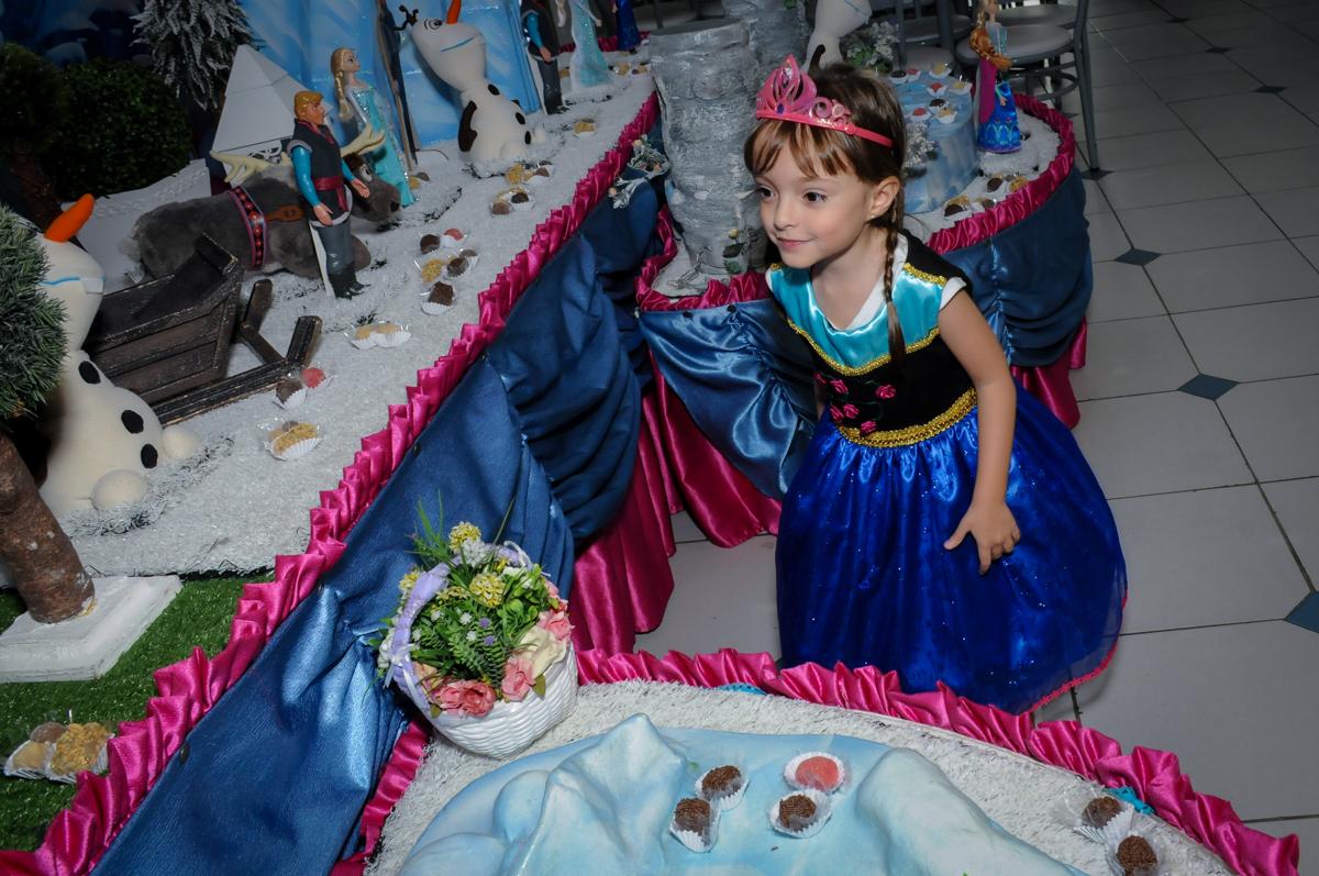 aniversariante feliz com a mesa tema frozen no Buffet Infantil Hary Happy, Morumbi, São Paulo