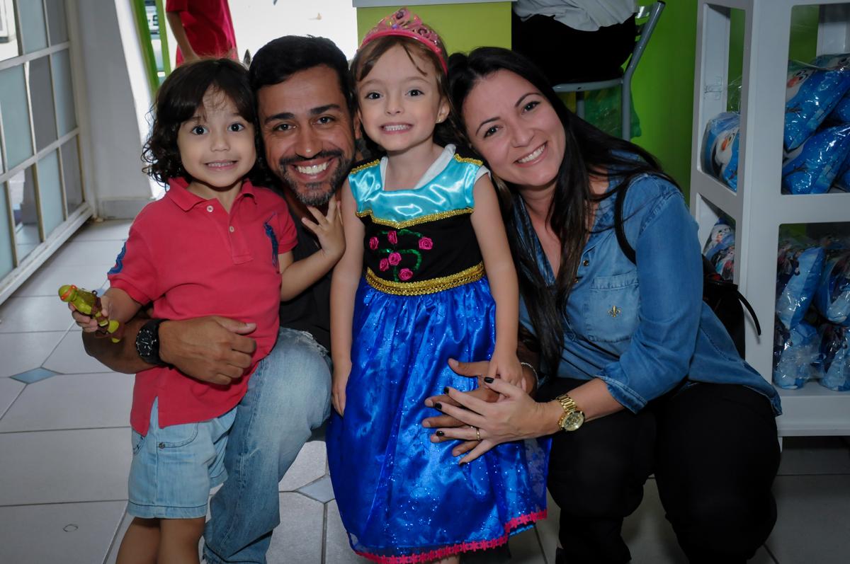 foto com os tios no Buffet Infantil Hary Happy, Morumbi, São Paulo