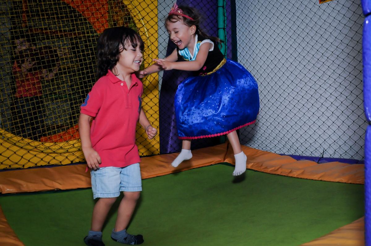 valentina com seu primo no pula pula no Buffet Infantil Hary Happy, Morumbi, São Paulo