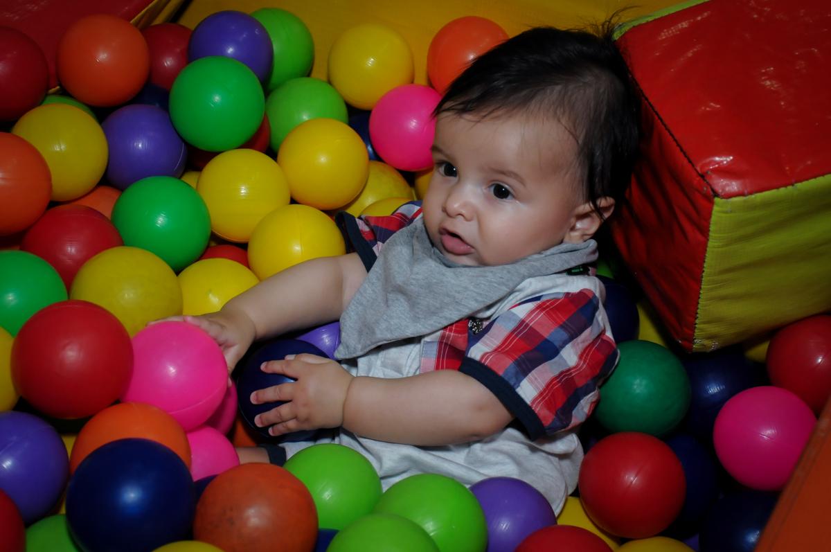 priminho na piscina de bolinha no Buffet Infantil Hary Happy, Morumbi, São Paulo
