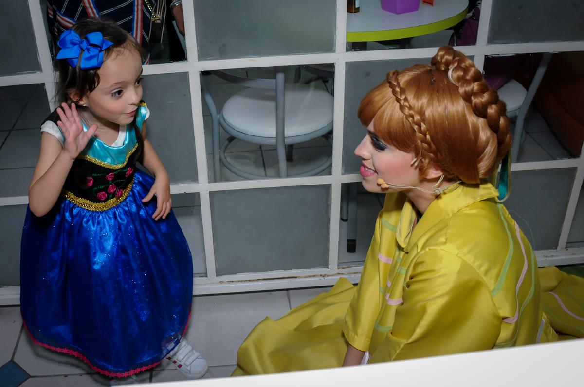aniversariante feliz com a chegada da ana no Buffet Infantil Hary Happy, Morumbi, São Paulo