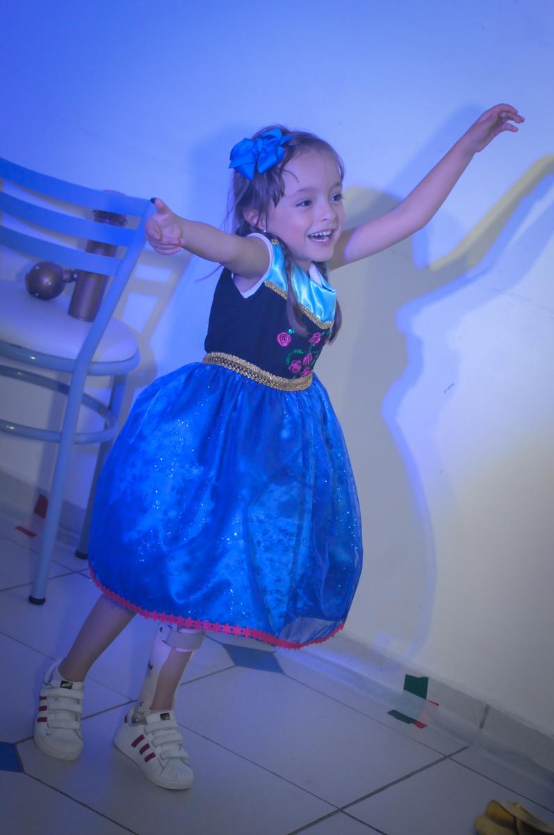 aniversariante participa do show no Buffet Infantil Hary Happy, Morumbi, São Paulo