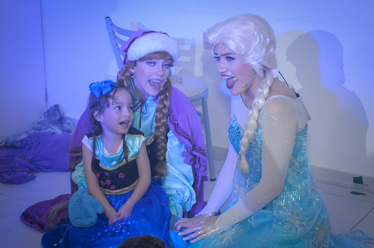 valentina participa do show da frozen  no Buffet Infantil Hary Happy, Morumbi, São Paulo