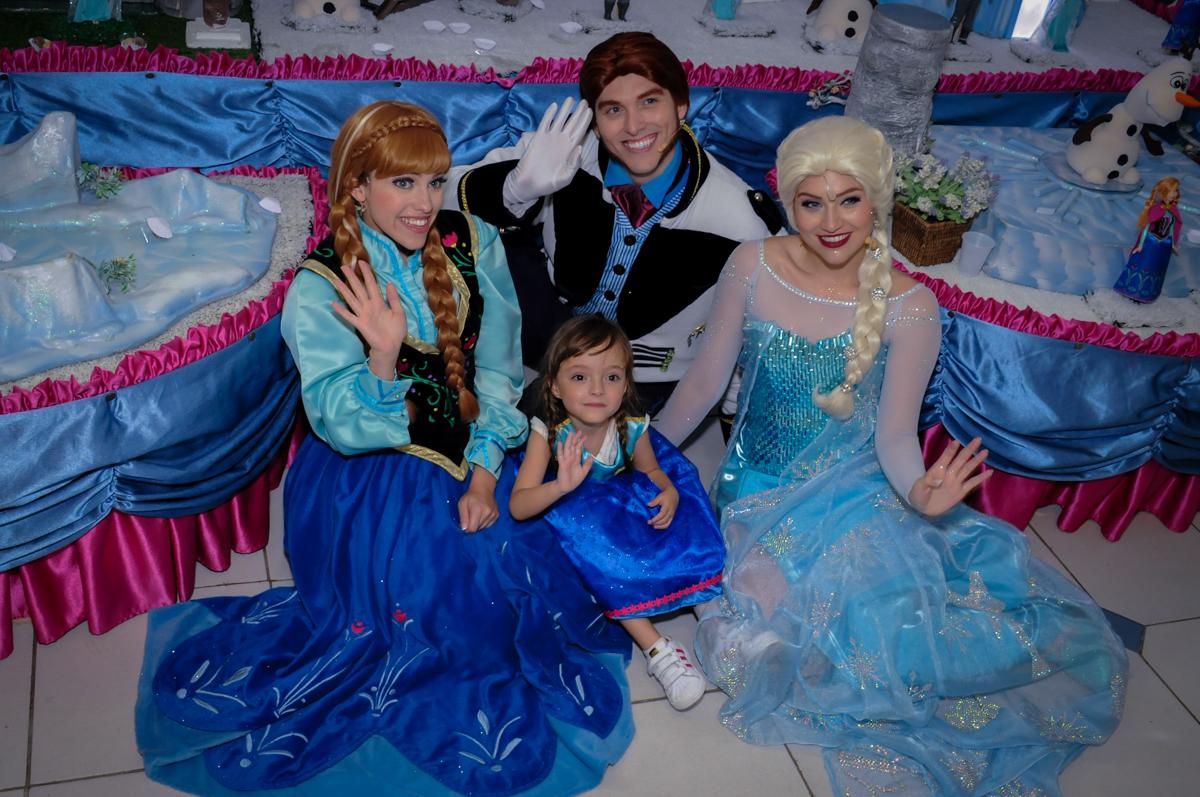 valentina juntamente com o pessoal do show da frozen dão thaw no Buffet Infantil Hary Happy, Morumbi, São Paulo