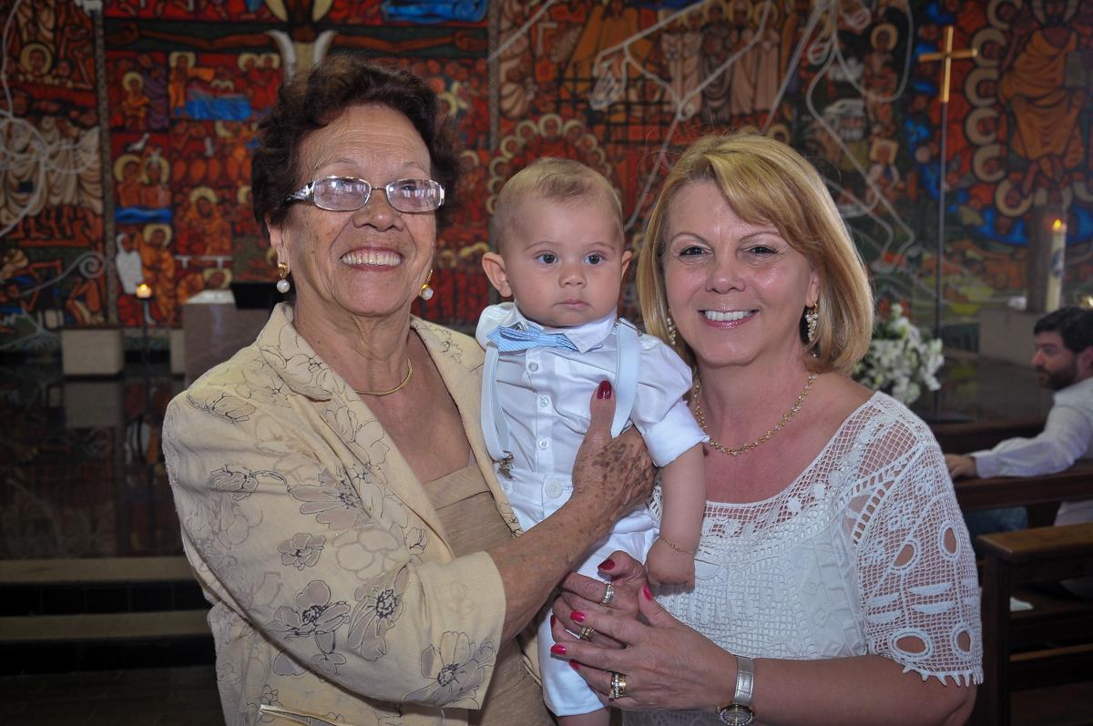foto do bebê com as avós no Paróquia São Bento Morumbi