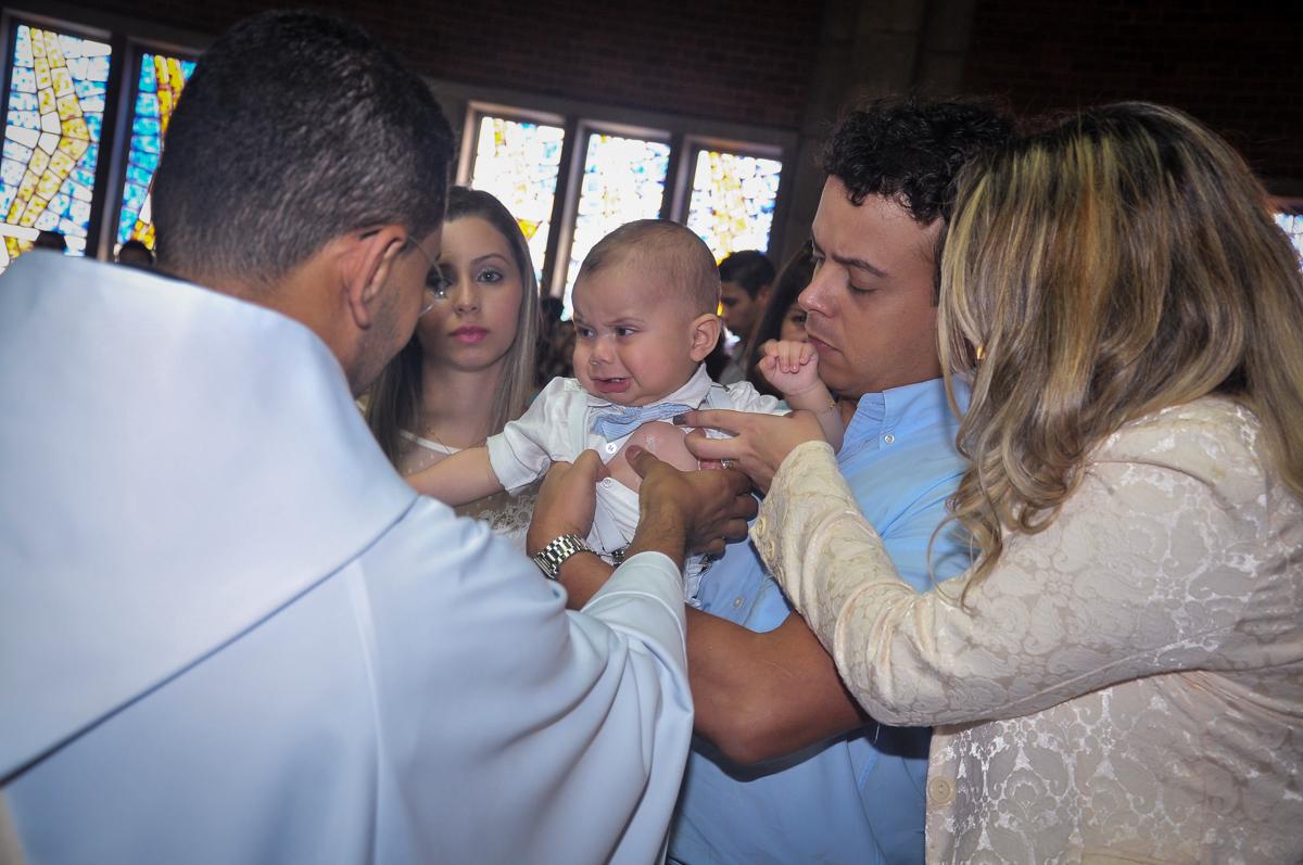 Matheus chora na hora d cerimônia de baizado no Paróquia São Bento Morumbi