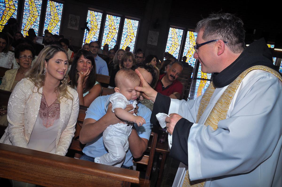 fazendo o sinal da cruz na testa do Matheus no Paróquia São Bento Morumbi