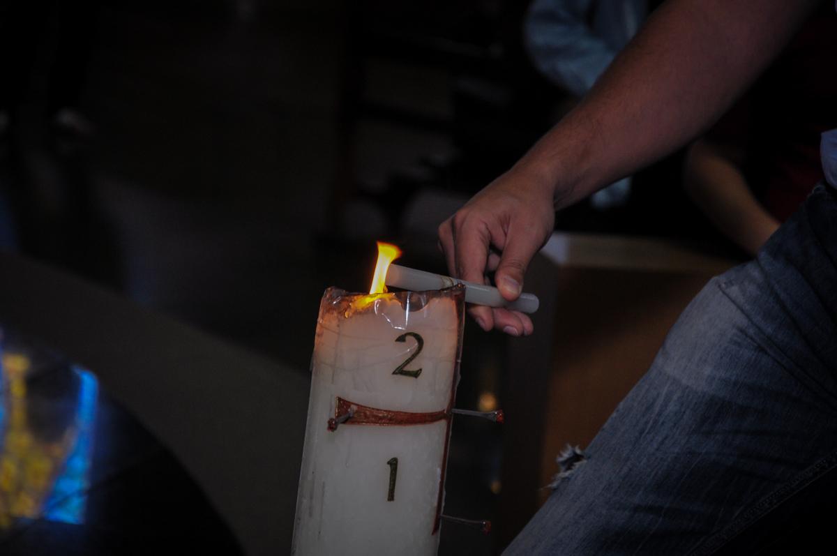 acendendo a vela do batizado do Matheus no Paróquia São Bento Morumbi