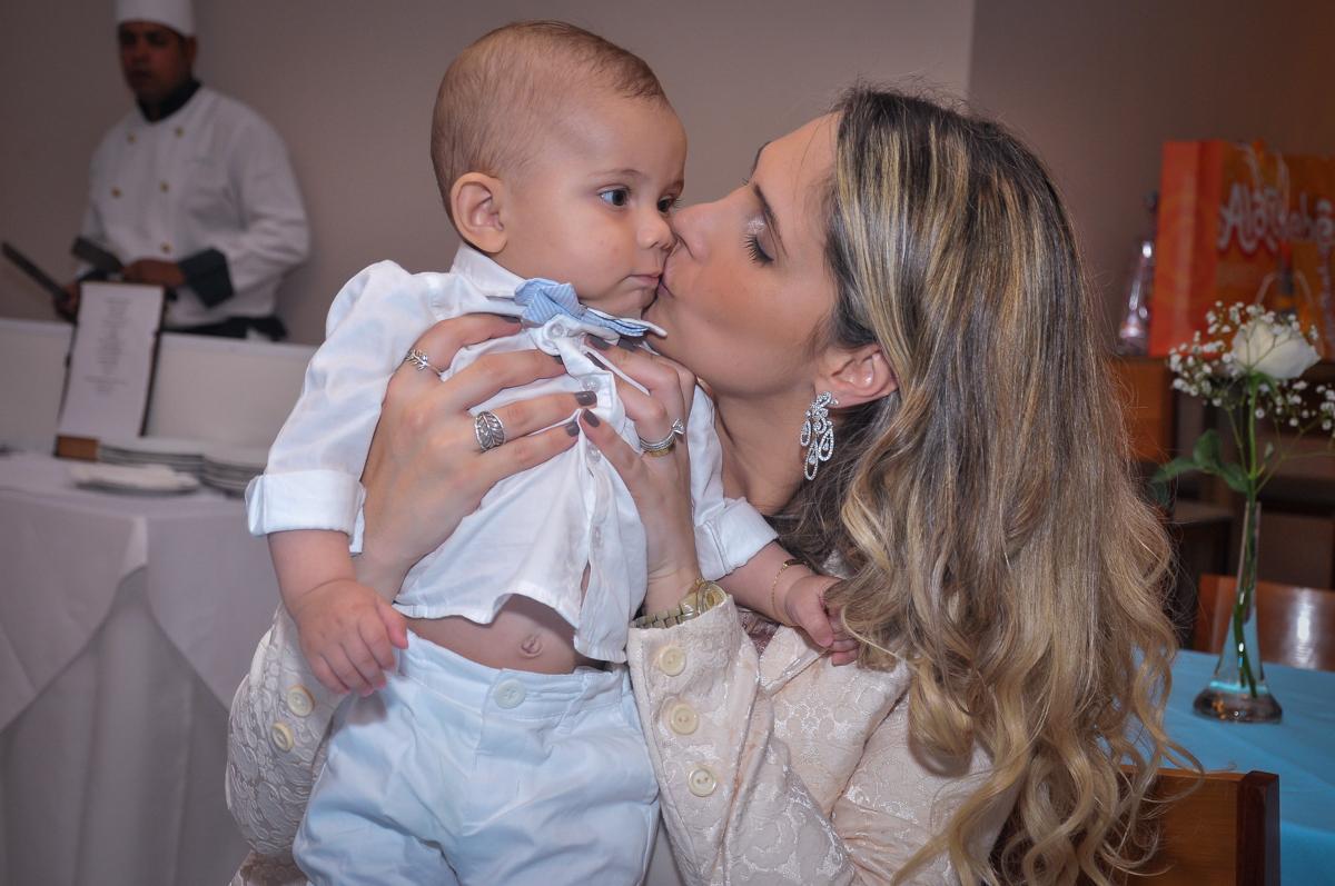 Matheus ganha beijinhos da madrinha no dia do seu batizado no festa no condomínio