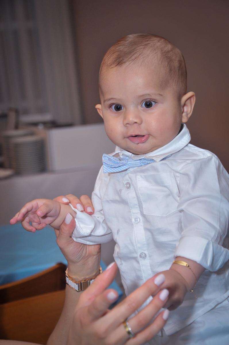 Matheus na mesa decorada em sua festa de batizado no  festa no condomínio