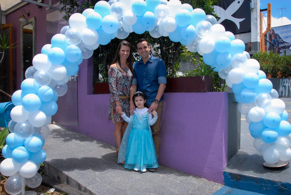 foto da família em frente ao buffet feliz da vida, butantã,sp