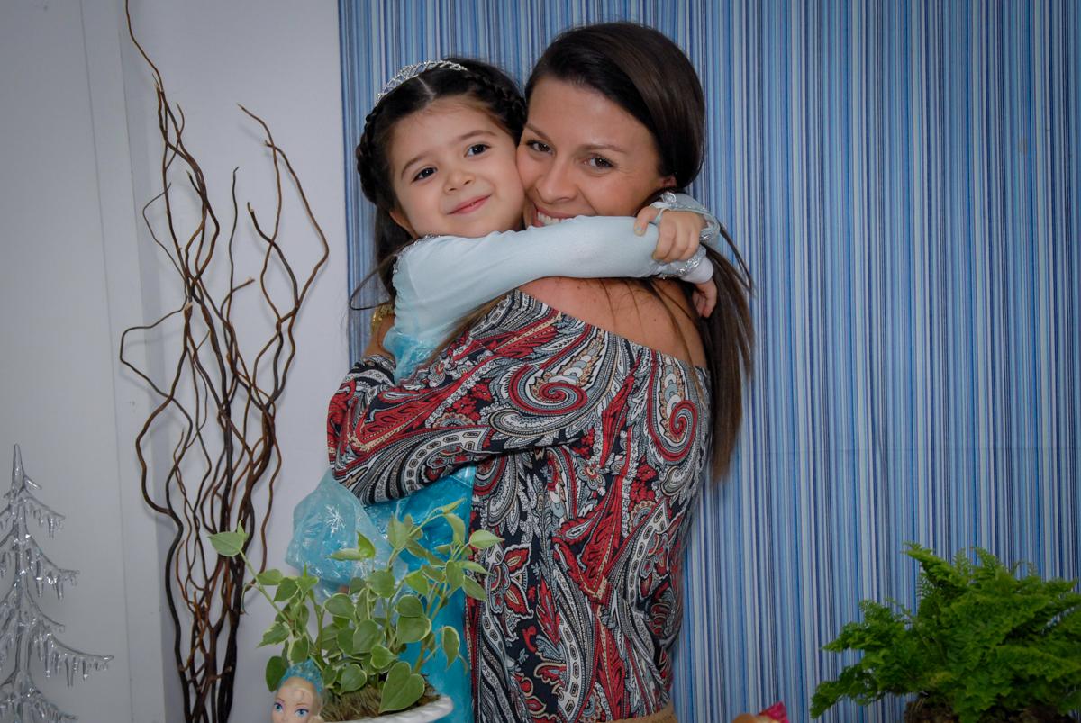 abraço gostoso a aniversariante vestida de frozen da em sua mãe no buffet feliz da vida, butantã,sp