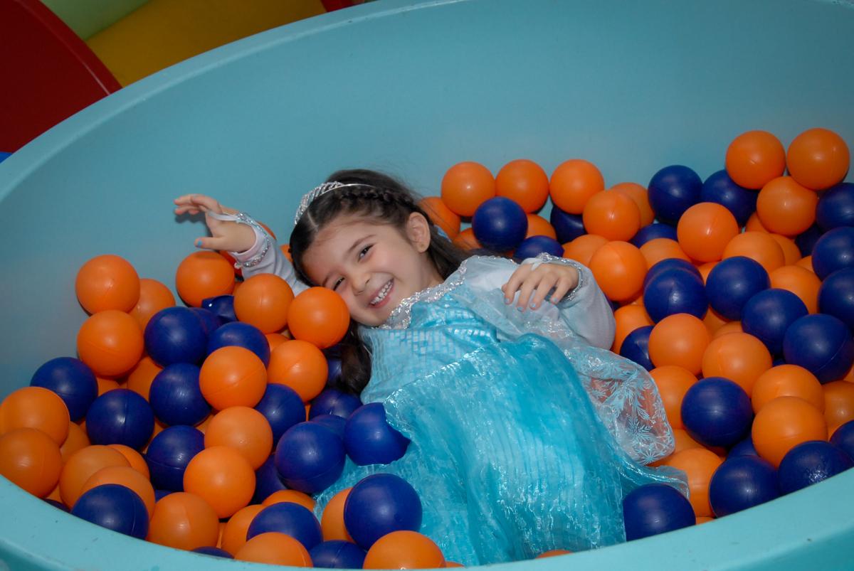 aniversariante vestida de Elsa brinca na piscina de bolinha no buffet feliz da vida, butantã,sp