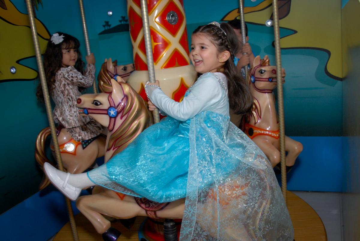 aniversariante vestida de elsa brinca no carrossel no buffet feliz da vida, butantã,sp