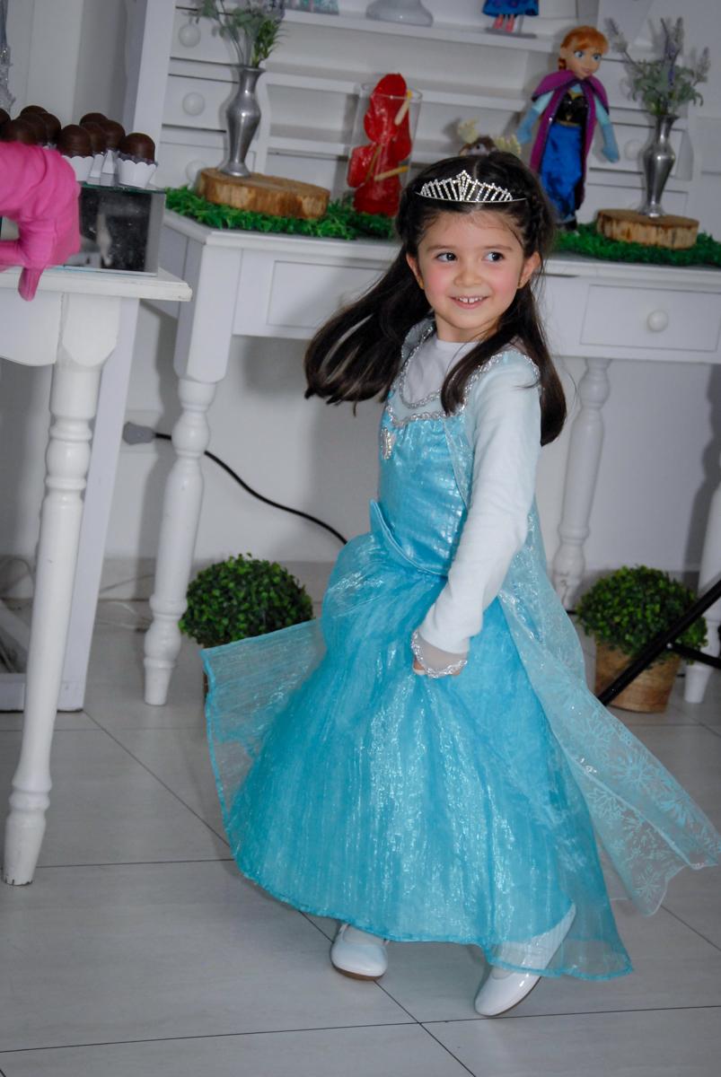 aniversariante vestida de elsa participa do show da frozen no buffet feliz da vida, butantã,sp