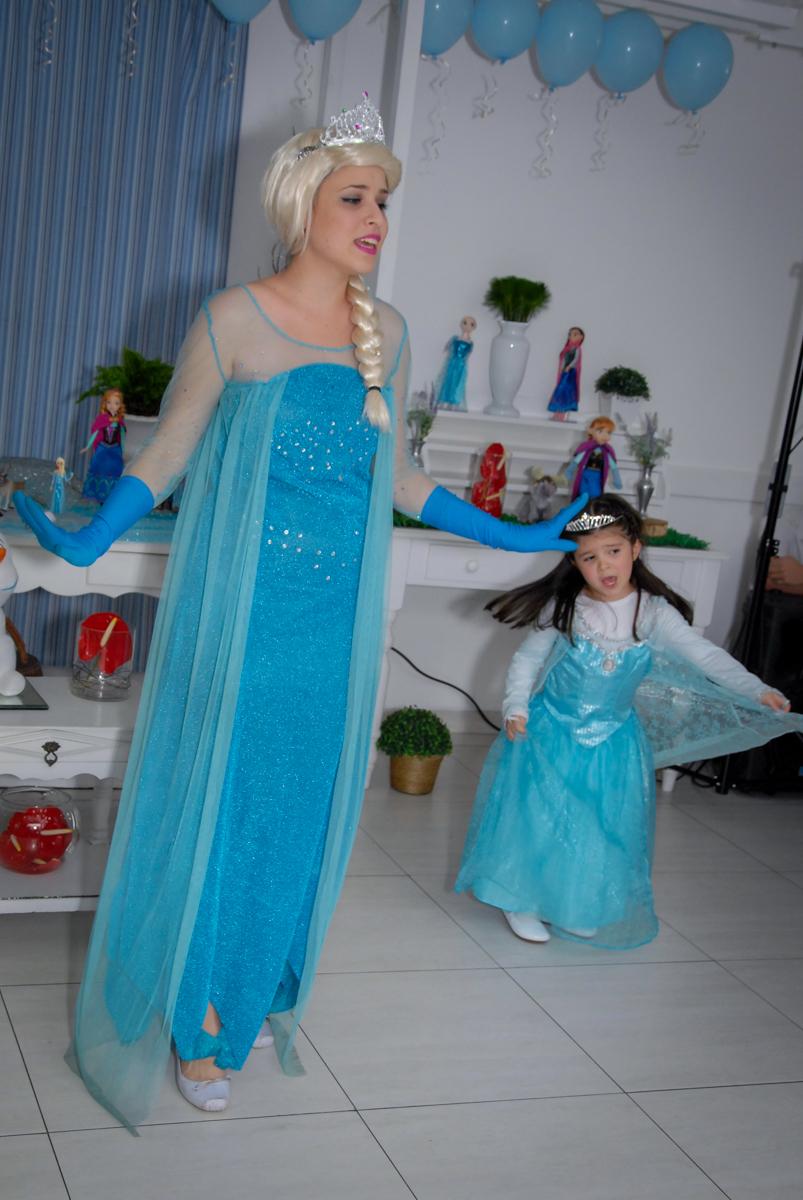 uma verdadeira artista a aniversariante participando do show da frozen no buffet feliz da vida, butantã,sp